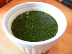 Gurkensalat mit Dill, Essig und Öl