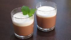 Kaffeemousse im Glas mit Kardamon-Schaum